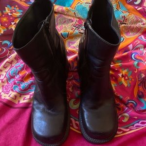 Cute black vintage heeled boots!! 🖤🖤